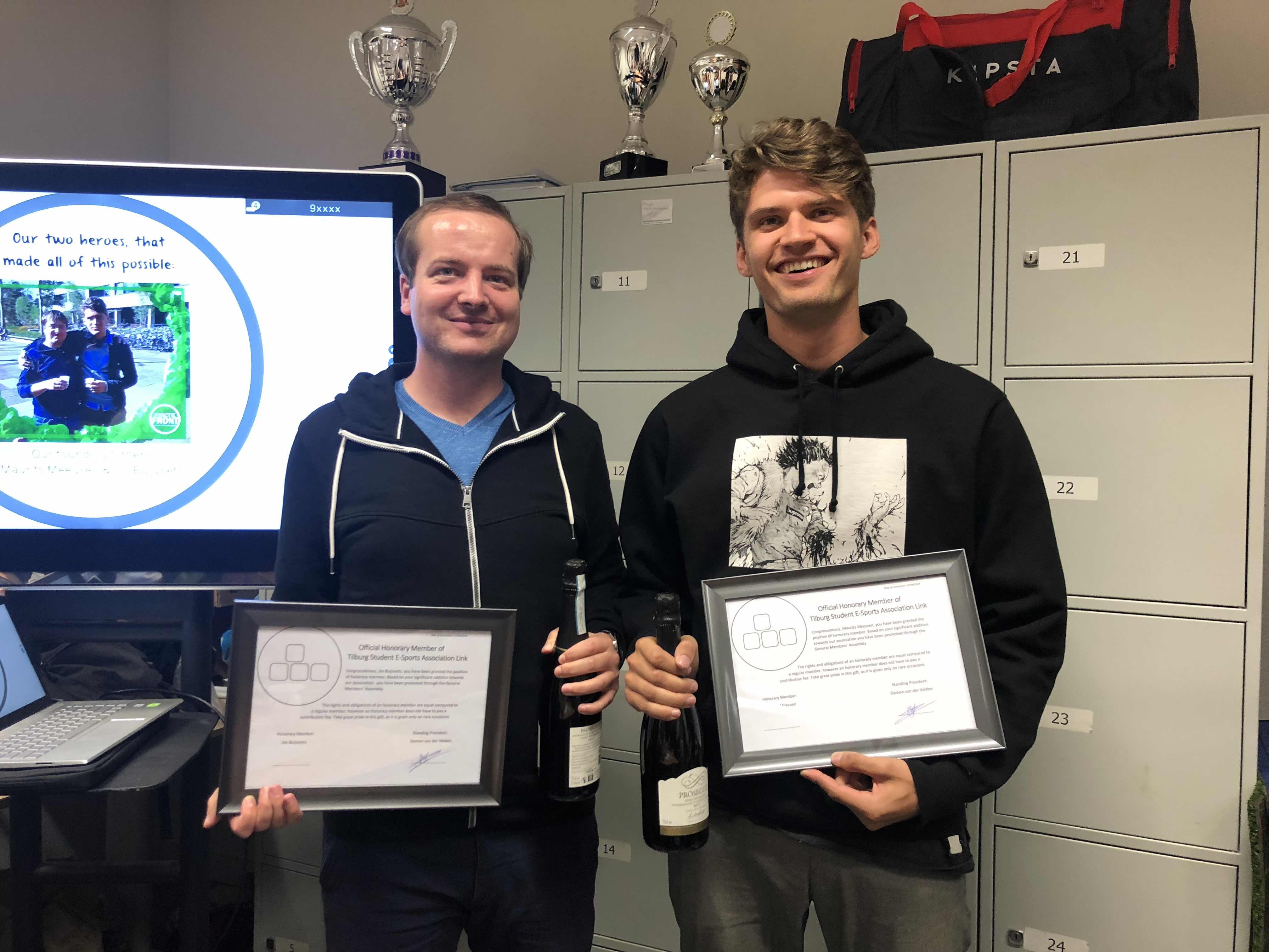 Jos and Maurits holding their certificate